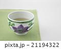 テッセン柄のお茶碗のお茶とグリーンのクロス 21194322