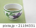 テッセン柄のお茶碗のお茶とグリーンのクロスアップ 21194331