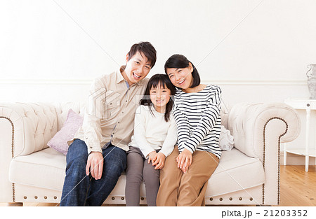 おしゃれな三人家族ポートレート 21203352