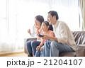 テレビを見る家族  21204107