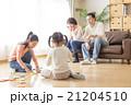 家族 遊ぶ ソファーの写真 21204510