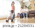 家族 ソファ 遊ぶの写真 21204531