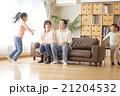 家族 ソファ 遊ぶの写真 21204532