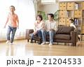 家族 ソファ 遊ぶの写真 21204533