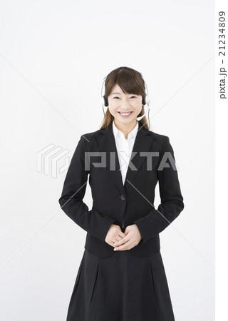 オペレーター:ヘッドセットのマイクを付け優しく微笑み挨拶をする若く可愛いサポートセンターの女性21234809