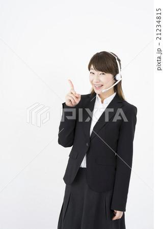 オペレーター:ヘッドセットのマイクを片手に優しく微笑みゆび指す若く可愛いサポートセンターの女性,修理はこちらです。21234815