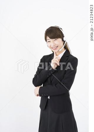 オペレーター:ヘッドセットを付け問い合わせに悩むスーツを着た若く可愛いサポートコールセンターの女性縦 21234823