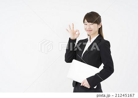 ノートパソコンを片手にOKサインで優しく微笑む若く綺麗で美人で可愛いビジネススーツ姿の女性大丈夫プレゼン資料は完璧契約取れました21245167