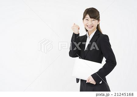ノートパソコンを片手にガッツポーズで優しく微笑む若く美人で可愛いスーツ姿の女性お任せください自信あり21245168