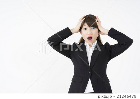 両手で頭を抱えパニックになっているスーツ姿の女性ストレス精神的ダメージ悩み困るどうしよう21246479