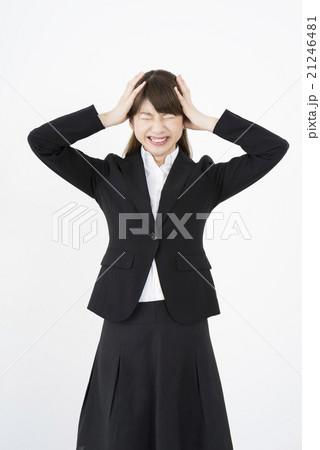 クレーマー対応で両手で頭を抱えパニックになっているスーツ姿の女性うつ病ストレス精神的ダメージ縦画面 21246481