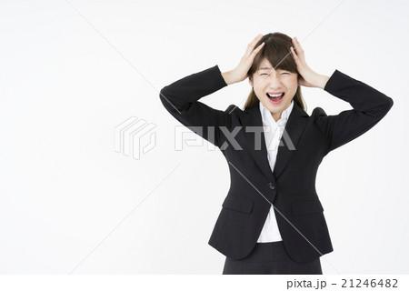 トラブルで両手で頭を抱えパニックになっているスーツ姿の女性ストレス精神的ダメージ悩み困る分からない 21246482