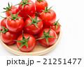 木の皿の山のように盛られた新鮮なへた付きミニトマト 目線 アップ 21251477