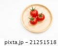 木の皿に三個のミニトマト 21251518