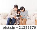 家族 人物 タブレットの写真 21259579