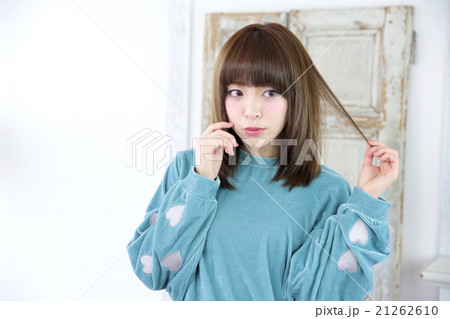 若い女性 ヘアスタイル 21262610
