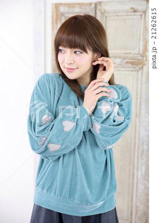 若い女性 ヘアスタイル 21262615