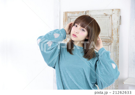 若い女性 ヘアスタイル 21262633