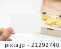 木箱に入った金貨と無地のメッセージカード 資産運用 投資 副業 イメージ 21292740