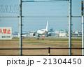 福岡空港 飛行機と滑走路 21304450