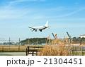 福岡空港 飛行機と滑走路 21304451