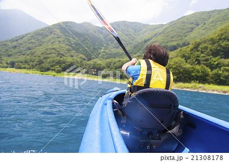 カヌーに乗ってマリンスポーツをする男の子 21308178