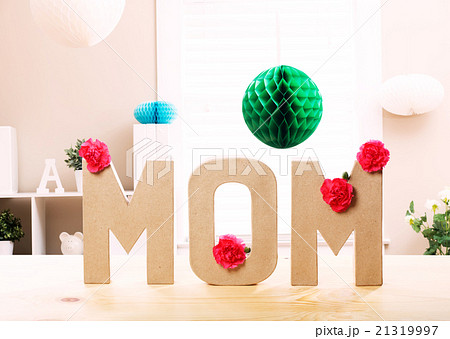 Mom letter blocks with pink carnation flowersの写真素材 [21319997] - PIXTA