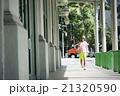 ハワイの街並みを散歩する男性 21320590