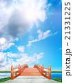 縦長 日本式 橋 木製 朱塗り 青空 雲 逆光 CG 21331225