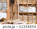 老朽化 住宅解体業者 家を壊す 半壊 建築物解体作業 木材 廃材 ぶっ壊す 日本建築  21334654