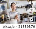 カフェ・働く若い女性 21339379