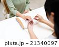 ネイルサロンで施術を受ける女性 21340097