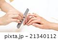 ネイルサロンで施術を受ける女性 21340112