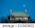 日没間際の空に浮かぶ月と名古屋城 21342822