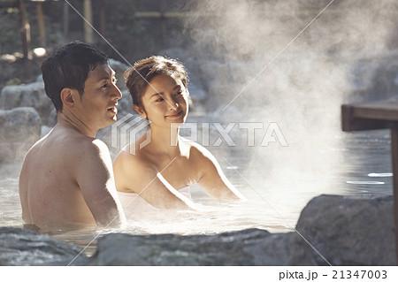 温泉旅行を楽しむ夫婦 21347003