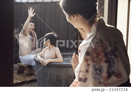 家族風呂に入る親子 21347238