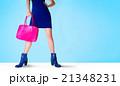 青いショートブーツとピンクのバッグ ファッション 21348231