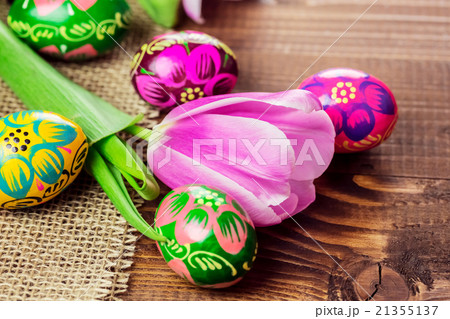 background with painted Easter eggs  with tulips の写真素材 [21355137] - PIXTA