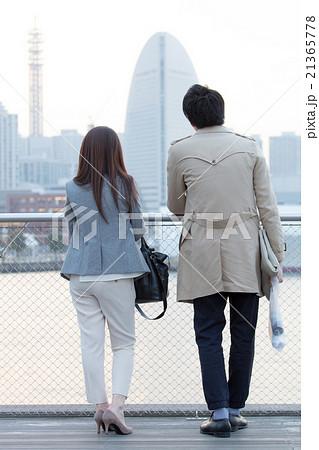 横浜大さん橋の男女カップル 後姿 21365778