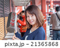浅草 浅草寺でおみくじを引く女性 21365868