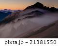霧流れる夕暮れの北アルプス・燕岳 21381550