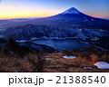 御坂山地・雪頭ヶ岳から未明の西湖と富士山 21388540