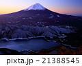 御坂山地・雪頭ヶ岳から見る黎明の富士山と西湖 21388545
