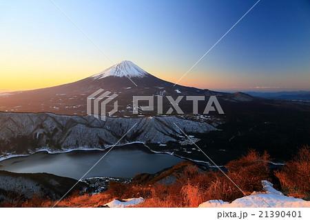 御坂山地・雪頭ヶ岳から朝日差す富士山と西湖 21390401