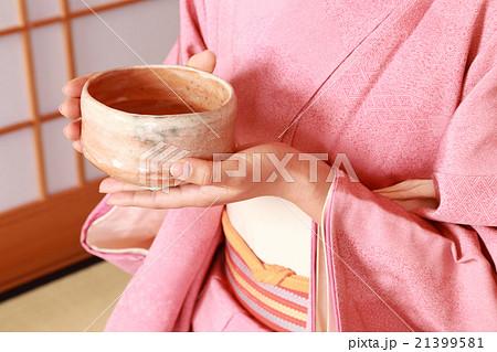 着物を着てお茶を点てる 21399581