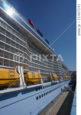 巨大クルーズ客船に備えられた安全設備:緊急脱出用ボート 21407241