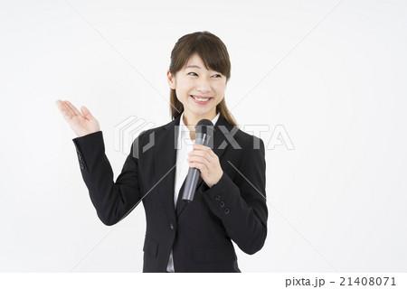 セミナー:マイクを持ち優しく微笑むスーツを着た若く美人で可愛い女性イベントコンパニオン。会社概要説明 21408071