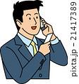 名刺を見てスマホで話す20代ビジネスマン 21417389