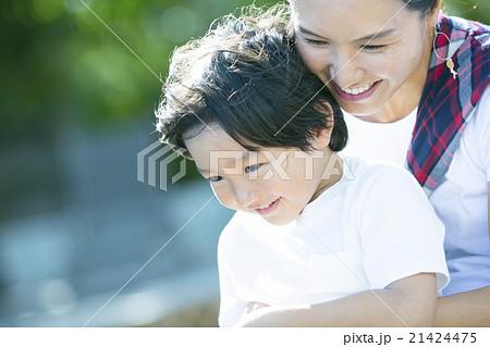 子どもを抱く母親 21424475