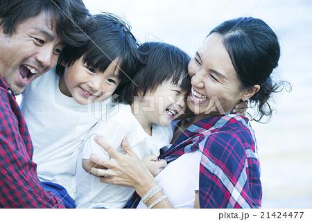 笑顔の親子 21424477